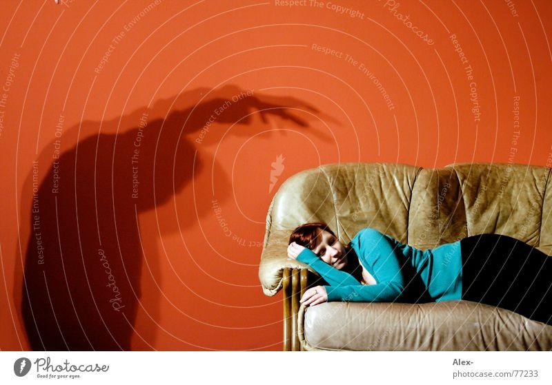 Dein Traummann kommt schreien notleidend Mörder Krimineller töten gruselig Halloween Thriller Sofa Wand rot Nacht dunkel Wohnung Leder Frau schlafen träumen