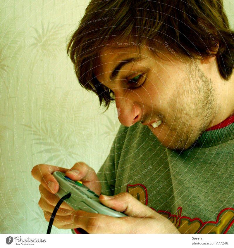 Spielhölle verkrampft Spieler Spielkonsole Spielen Tapete Bart ehrgeizig Zähne zeigen Hardcore zocken bis der arzt kommt Dreitagebart daddeln verbimmelt game