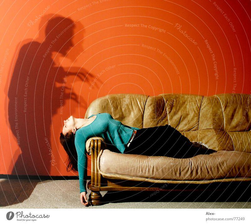 1, 2, Freddy kommt vorbei Frau Mädchen rot Einsamkeit dunkel Wand Tod träumen Angst Wohnung schlafen Filmindustrie Sofa schreien gruselig Leder