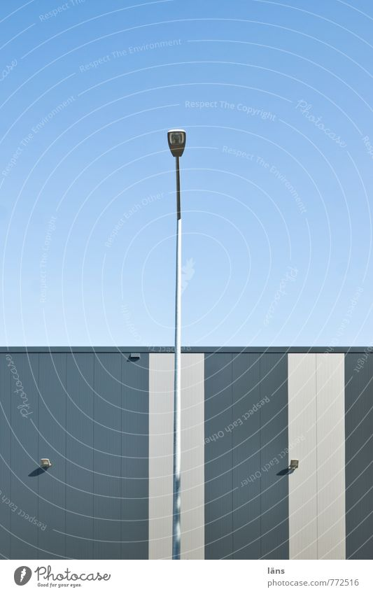 Textfreiraum | linksobenrechts Himmel Stadtrand Haus Industrieanlage Fabrik Gebäude Lagerhaus Mauer Wand Kasten Metall Streifen eckig einfach kalt blau grau