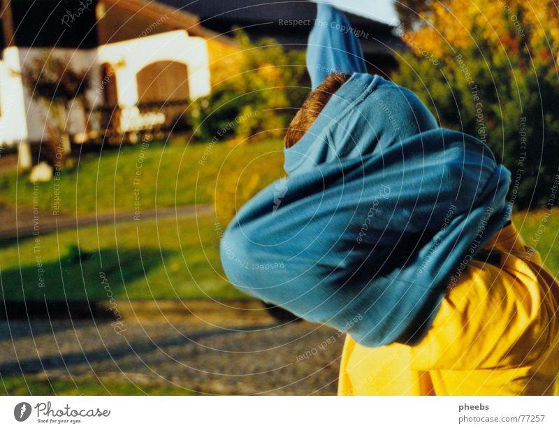 warm anziehn... Mann Natur Baum blau Haus gelb Wiese Bewegung Haare & Frisuren Kopf Stein Aktion T-Shirt Sträucher Pullover Pflastersteine