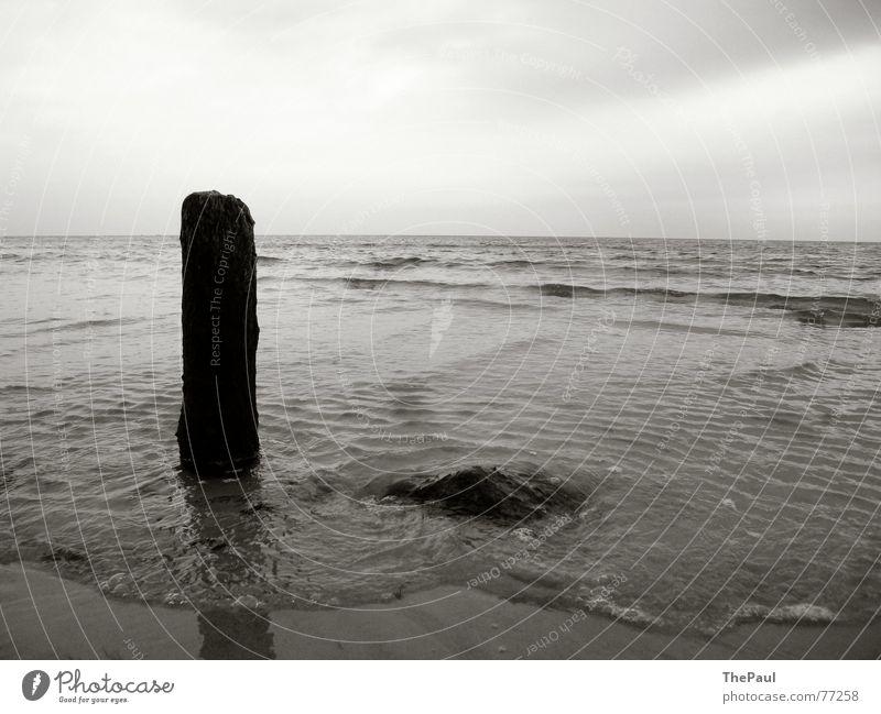 Pfahl in der Brandung Meer See Rügen Wellen Einsamkeit Holzpfahl ruhig Erholung Außenaufnahme Grauwert Ostsee Stein thepaul