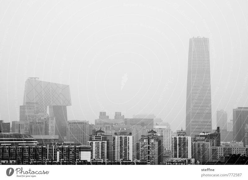 Dowtown Beijing Peking China Hauptstadt Stadtzentrum Skyline überbevölkert Haus Hochhaus trüb Umweltverschmutzung Smog Dunst Schwarzweißfoto Außenaufnahme