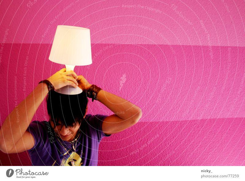 light my way Mensch Mann weiß Lampe Wand Haare & Frisuren Kopf Mauer rosa violett aufgehen