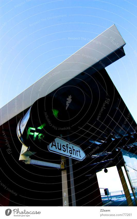 Ausfahrt frei Haus Gebäude Dach Dreieck unten Froschperspektive Richtung Ampel grün Verkehr Parkhaus Himmel ausfahrt frei free Spitze Ecke
