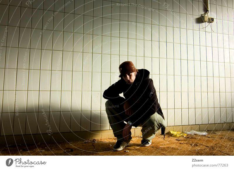 sit in Porträt Stil lässig Mann Jugendliche Mütze Fabrik Demontage baufällig Bauschutt trashig Steckdose Elektrizität kalt Physik Jacke sitzen Mensch man