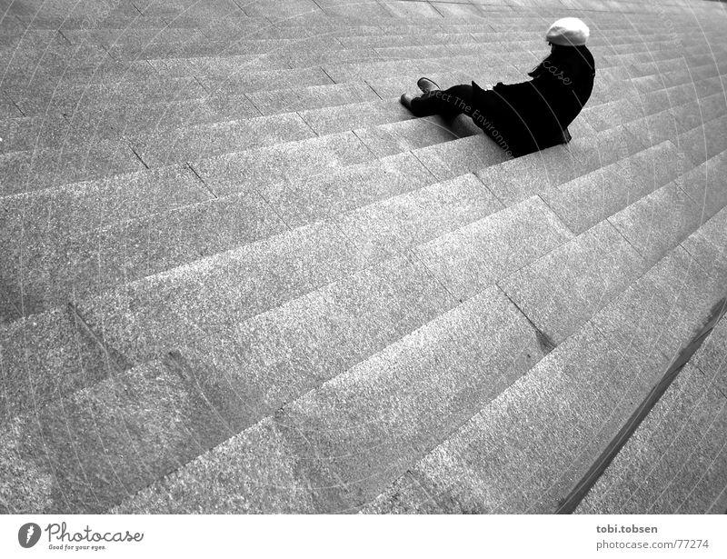 ..:: the lonely stair ::.. Frankfurt am Main Europa Außenaufnahme Frau Einsamkeit Mütze Trauer Verzweiflung Langeweile Schwarzweißfoto Deutschland dramaturgie