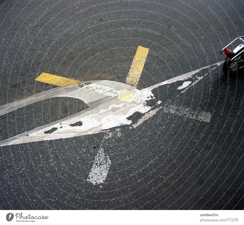 Markierung weiß gelb Straße grau Fahrrad Rücken streichen Asphalt Pfeil Rad Richtung silber Mischung rechts kreuzen Wechseln