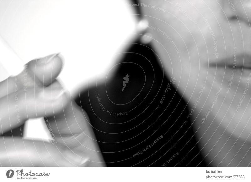 nach dem Essen... Frau weiß schwarz Mund Finger Rauch Zigarette Ohrringe