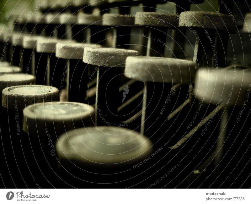 TYPEWRITER Buchstaben Schreibmaschine Wort Typographie dunkel Romanfigur Tippen Büroangestellte Hand Finger Knöpfe antik Literatur Arbeit & Erwerbstätigkeit