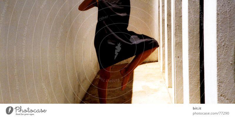 BEIN <> KLEID unzuverlässig Turnen Standbein unterstützend anlehnungsbedürftig anlehnen taumeln Kleid Wand Mauer Gemäuer Yoga Balletttänzer Gleichgewicht
