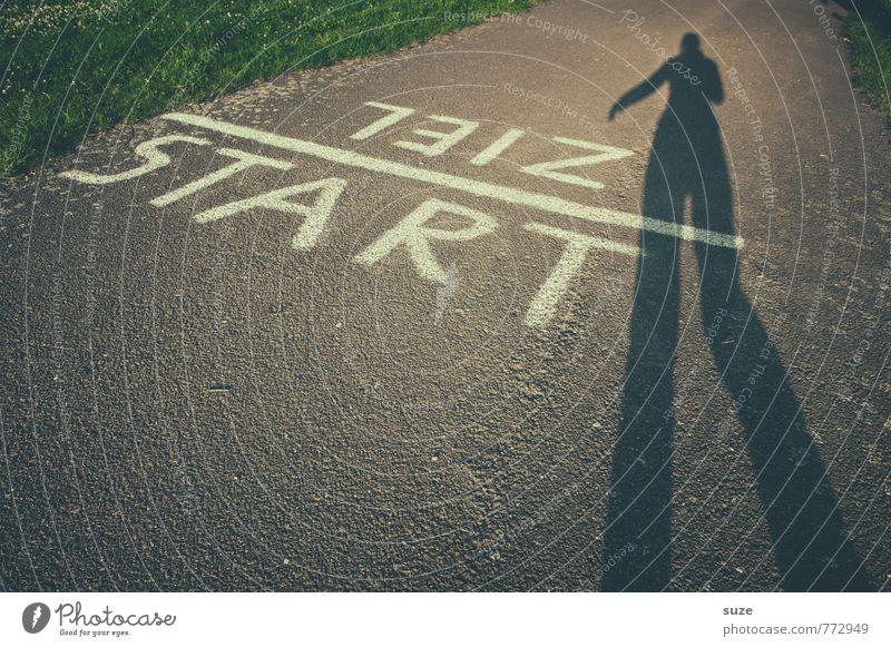 Startklar Mensch Freude Bewegung Wege & Pfade Sport grau laufen Schriftzeichen Geschwindigkeit Beginn Rasen Ziel Eile Wort Landebahn Schattenspiel