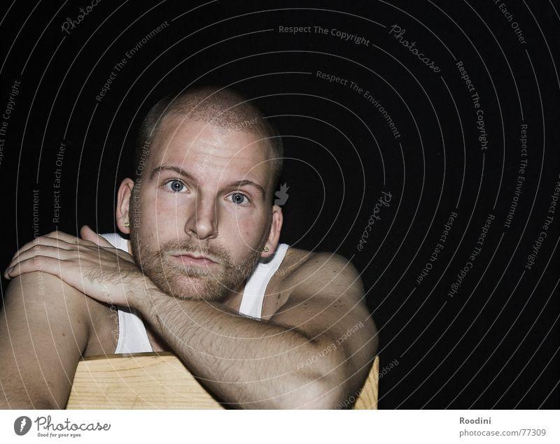 ein offenes Ohr Mann Erholung ruhig Gesicht Traurigkeit Denken sitzen warten Aussicht beobachten kaputt Pause Trauer Stuhl Bart Langeweile