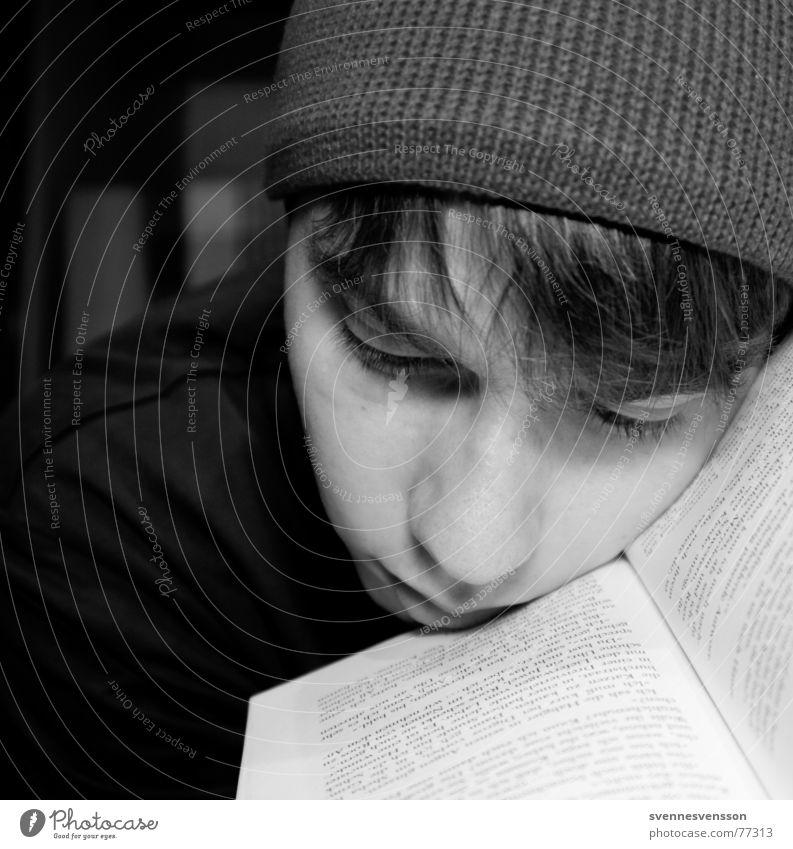 BOOKMARK Mütze Porträt Buch Buchstaben Mann maskulin Trauer lesen Literatur Printmedien Denken erinnern Gedanke Mensch Haare & Frisuren beanie wintermütze Nase