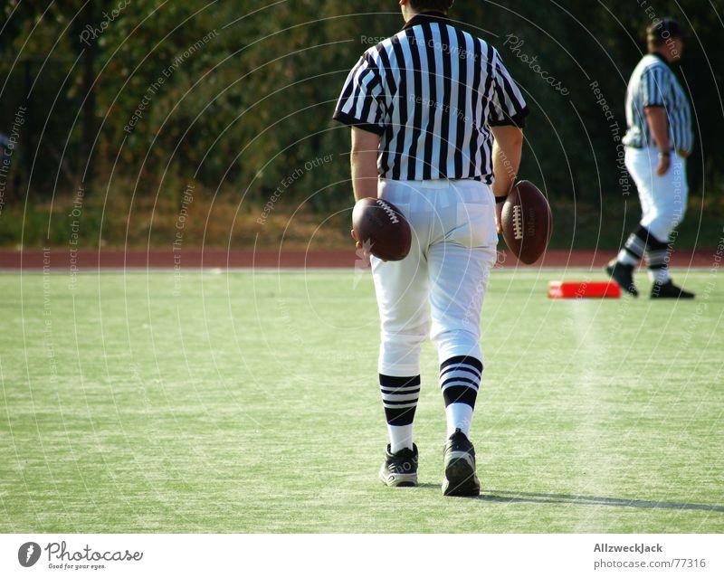 ShirtindieHosestecker American Football Sportmannschaft Mann Schweiß Beule Leder Spielfeld Gras Auswechseln Eierlauf Schiedsrichter Gesäß football männersport