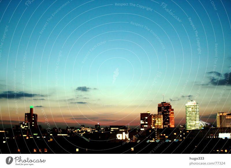 Ausblick auf den Potsdamer Platz 3 Haus Osten Bauwerk Dämmerung Gebäude Spiegel weiß Stadt Querformat Horizont Panorama (Aussicht) schimmern Sommer Nacht