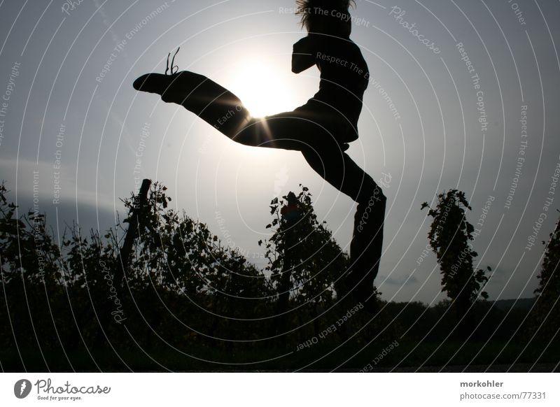 Sprung über die Sonne Weinberg Frau Herbst springen hüpfen srung woman autumn Freude Energiewirtschaft
