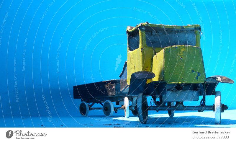 Der alte Lasterschlumpf geht Schnaps kaufen und macht blau alt Sonne blau gelb warten Güterverkehr & Logistik Lastwagen parken Blech Blechspielzeug