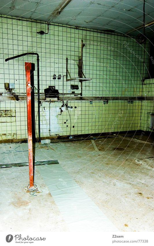 old factory Fabrik kalt steril dreckig baufällig Demontage Zerreißen Stab Elektrisches Gerät rot gelb vergilbt grün Fliesen u. Kacheln leitungen metall