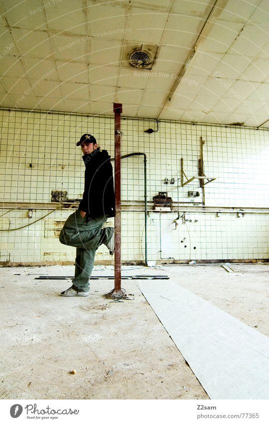 in the old factory Mensch alt grün rot gelb kalt Stil dreckig Lifestyle Coolness Fabrik Fliesen u. Kacheln Röhren trashig lässig Stab
