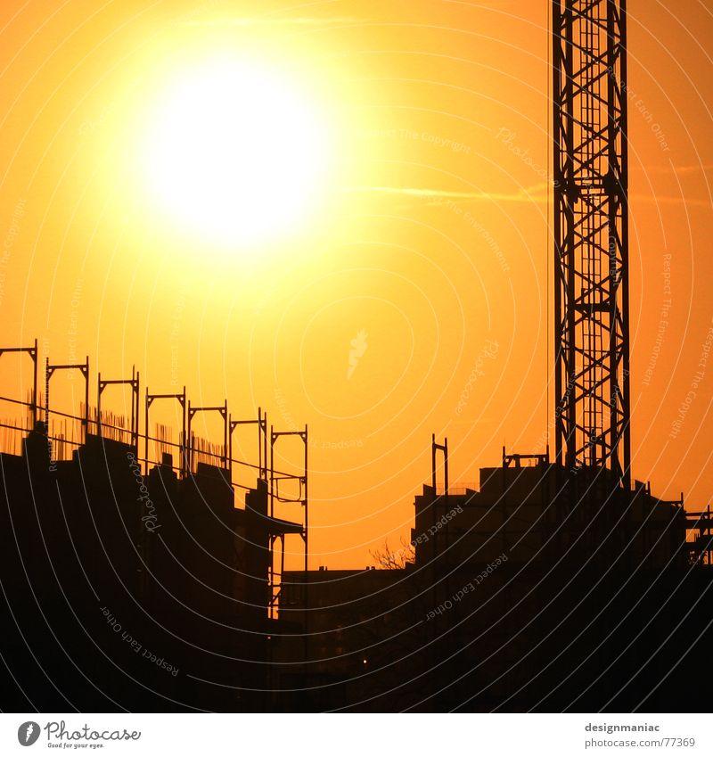 41 Grad Gegenlicht Licht Kran schwarz gelb Baustelle Haus Arbeit & Erwerbstätigkeit parallel heiß Physik Frankfurt am Main Europa Stab Hausbau orange Sonne hell