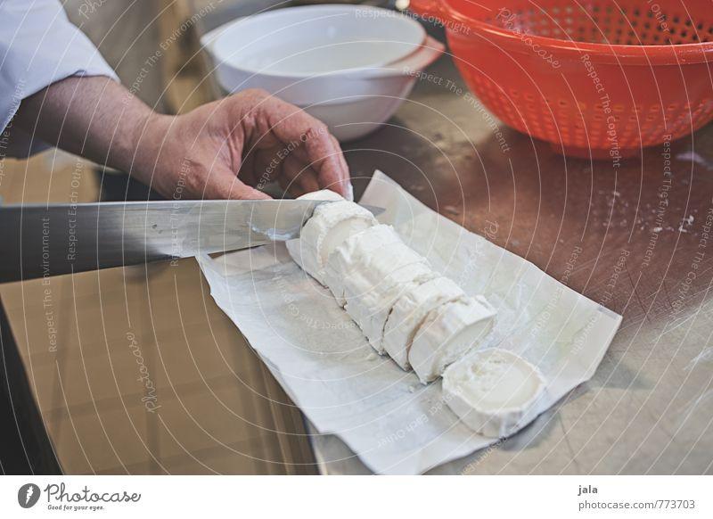ziegenkäse Hand Lebensmittel Arbeit & Erwerbstätigkeit maskulin frisch Ernährung Finger Küche Gastronomie lecker Schalen & Schüsseln Messer Arbeitsplatz