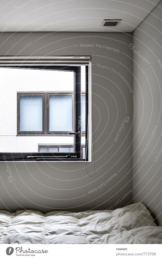 schlafplatz Häusliches Leben Wohnung Bett Raum Schlafzimmer Fenster weiß schlafen Decke lüften Nachbarhaus Privatsphäre privat Farbfoto Gedeckte Farben