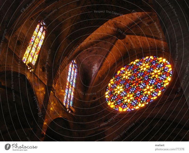 Lichtspiele in der Kathedale mehrfarbig Spanien Palma de Mallorca Fenster Respekt ruhig Innenaufnahme gasfenster Farbe Kathedrale Religion & Glaube Insel