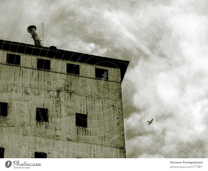 abbau ost alt Himmel Haus Einsamkeit Tod Fenster Gebäude Flugzeug fliegen Beton Trauer Luftverkehr Industriefotografie kaputt Ende Turm
