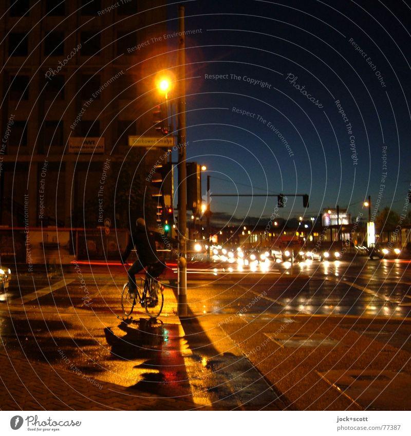 anerkannte Regel der Technik Mensch Himmel Stadt dunkel Straße PKW Verkehr Fahrrad warten Klima Fahrradfahren Berlin festhalten Laterne Vertrauen Konzentration