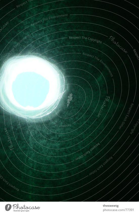 Loch im Eis dunkel Fenster Auge leer Aussicht Kreis geschlossen bedrohlich rund Hoffnung Frost geheimnisvoll Vertrauen gefroren Kugel