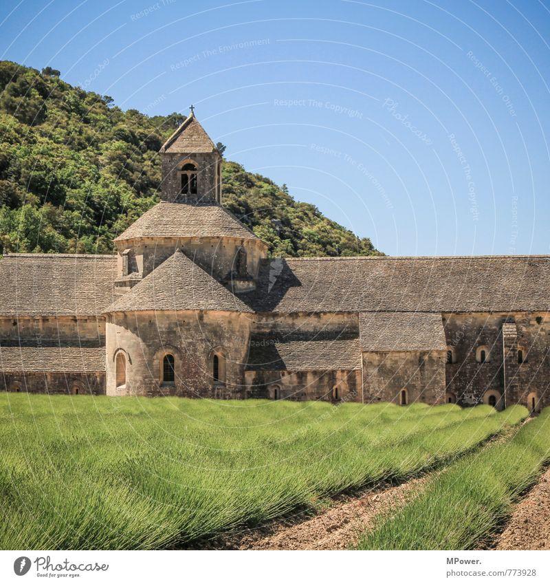 Abbaye de Sènanque Natur Himmel Wolkenloser Himmel Schönes Wetter Wiese Feld Berge u. Gebirge Bauwerk Gebäude Architektur Sehenswürdigkeit Wahrzeichen Denkmal