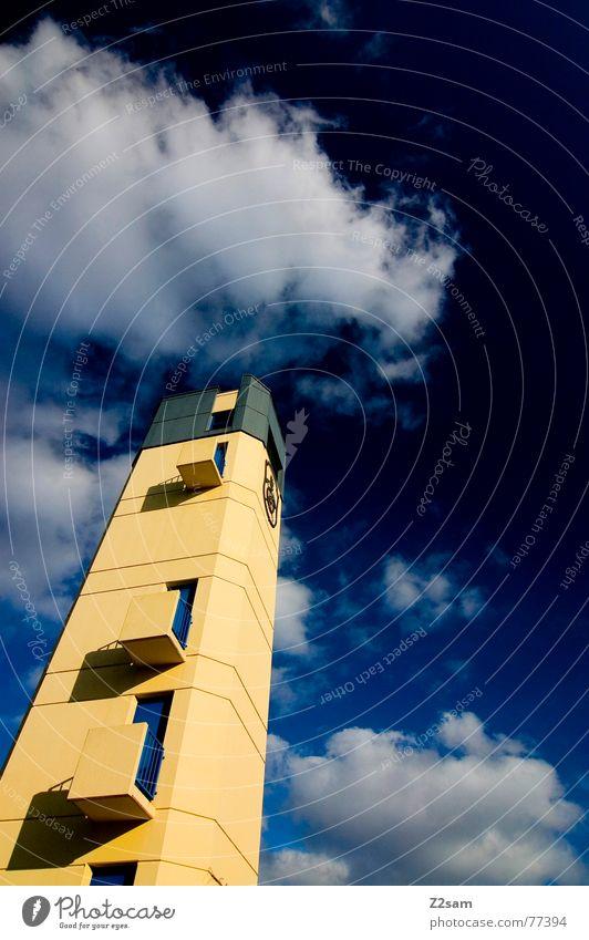 feuerwehrturm Himmel blau gelb Farbe oben Fenster Gebäude klein hoch bedrohlich Baustelle Turm Quadrat Balkon Bauwerk aufwärts