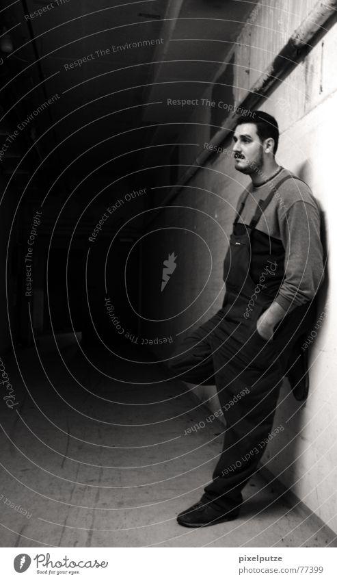 Der Meister und sein Reich Mensch Mann weiß ruhig schwarz dunkel Arbeit & Erwerbstätigkeit Wand Mauer Pause Flucht anlehnen Meister Arbeitsanzug Hausmeister