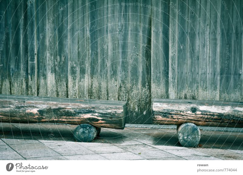 sitzgelegenheit Mauer Wand alt verwittert Holzbrett Holzfassade Holzhütte Schimmelpilze Moos Holzbank Bank Pause feucht Farbfoto Gedeckte Farben Außenaufnahme