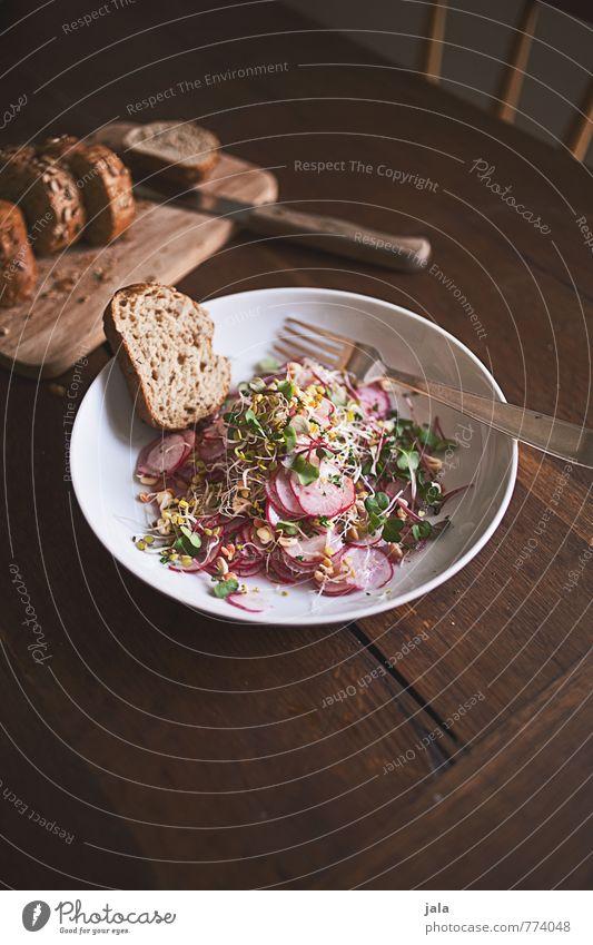 radieschensalat Lebensmittel Gemüse Salat Salatbeilage Brötchen Radieschen Sprossen Trieb Teller Besteck Messer Gabel Schneidebrett Gesunde Ernährung frisch