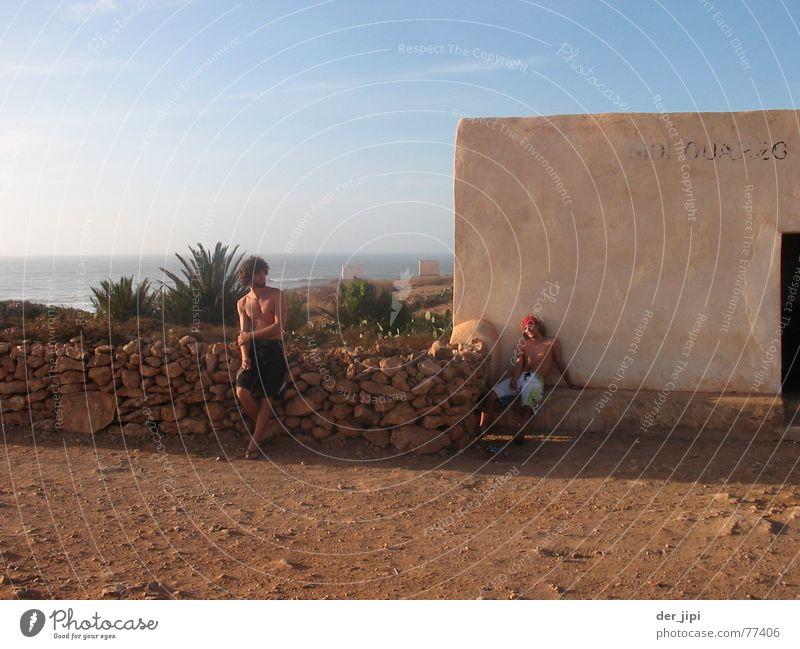 An der Hauptstrasse Himmel Meer Sommer Erholung Wege & Pfade Erde Denken braun Zufriedenheit Feld Baustelle Kultur Wüste Dorf Afrika Hütte