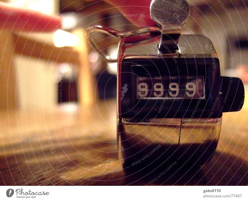 klick! Metall Knackfrosch Klacken Zähler obskur 9999 click klicken zählen mitzählen Wiederholung üben Schusszähler Farbfoto Anzeige Menschenleer
