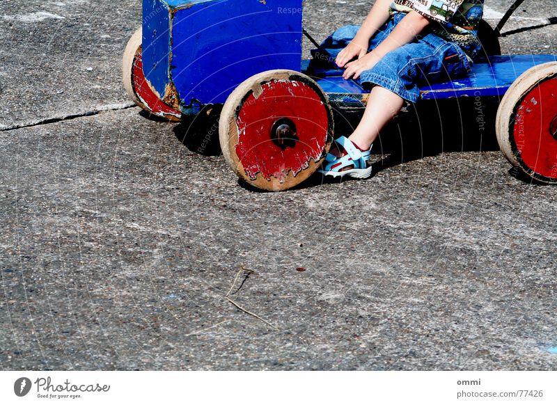 hot-wheels - traum auf grau Kind blau rot Freude kalt Spielen Junge Holz klein Stein sitzen Beton retro Jeanshose Kleinkind