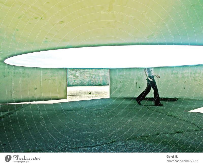 ich sehe was, was du nicht siehst... Frau Mensch schön dunkel Bewegung Wege & Pfade Beine hell gehen laufen rund Eingang eckig Bildausschnitt