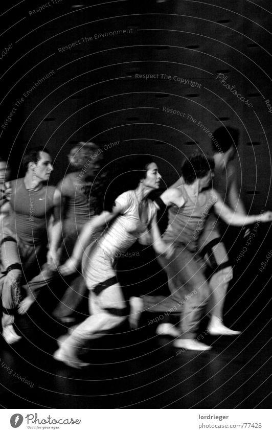 egotanz Performance Geschwindigkeit Tanzen tanzperformance egoistisch licht schwarz weis laufen akropatik Bewegung Tanztheater lachen ausdrücken Mensch