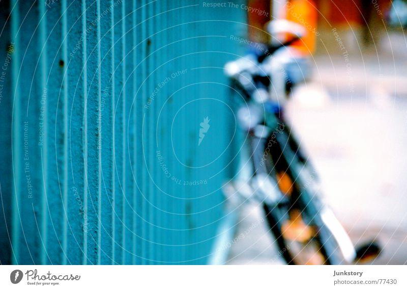 Fahrrad im Blauen Stahl Eisen Stab Unschärfe Herbst blau Geländer messe nord Rost