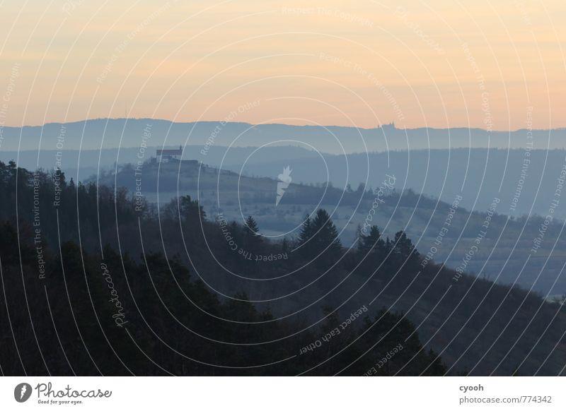 Jahrhunderte überdauern... Horizont Hügel Berge u. Gebirge alt ästhetisch bedrohlich dunkel gigantisch Unendlichkeit historisch kalt blau rosa ruhig Senior