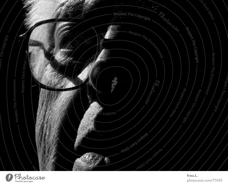 Licht + Schatten Mann Senior skeptisch Konzentration Porträt Kraft Großvater alt Mensch beobachten Gesicht zielstrebig