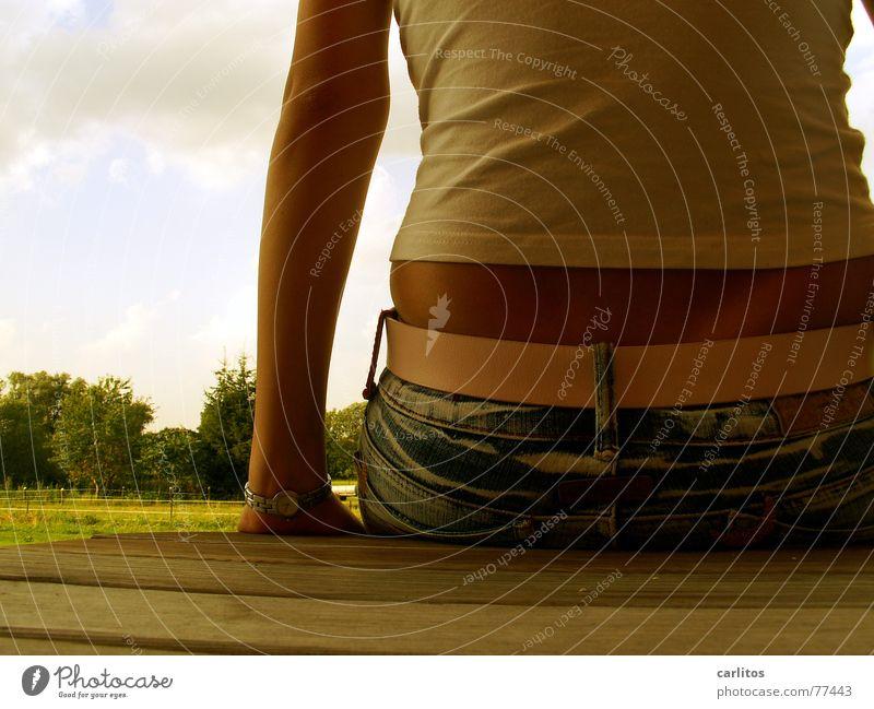 Aussicht Frau Sommer feminin Rücken sitzen Pause bauchfrei