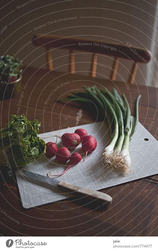 zutaten Lebensmittel Gemüse Salat Salatbeilage Radieschen Lauchzwiebel Ernährung Bioprodukte Vegetarische Ernährung Messer Schneidebrett Gesunde Ernährung