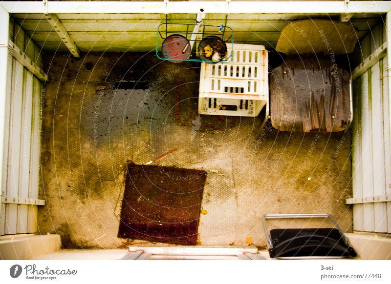 Balkon un peu triste Einsamkeit oben Traurigkeit Wärme orange dreckig Arme nass leer Trauer trist Stuhl Physik Balkon bleich Sepia