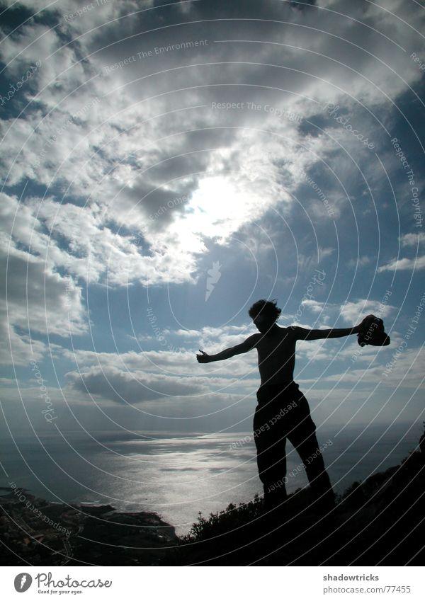 Oben! Mensch Himmel blau Wasser Ferien & Urlaub & Reisen Baum Sonne Meer Einsamkeit Wolken schwarz Ferne Berge u. Gebirge oben Freiheit grau