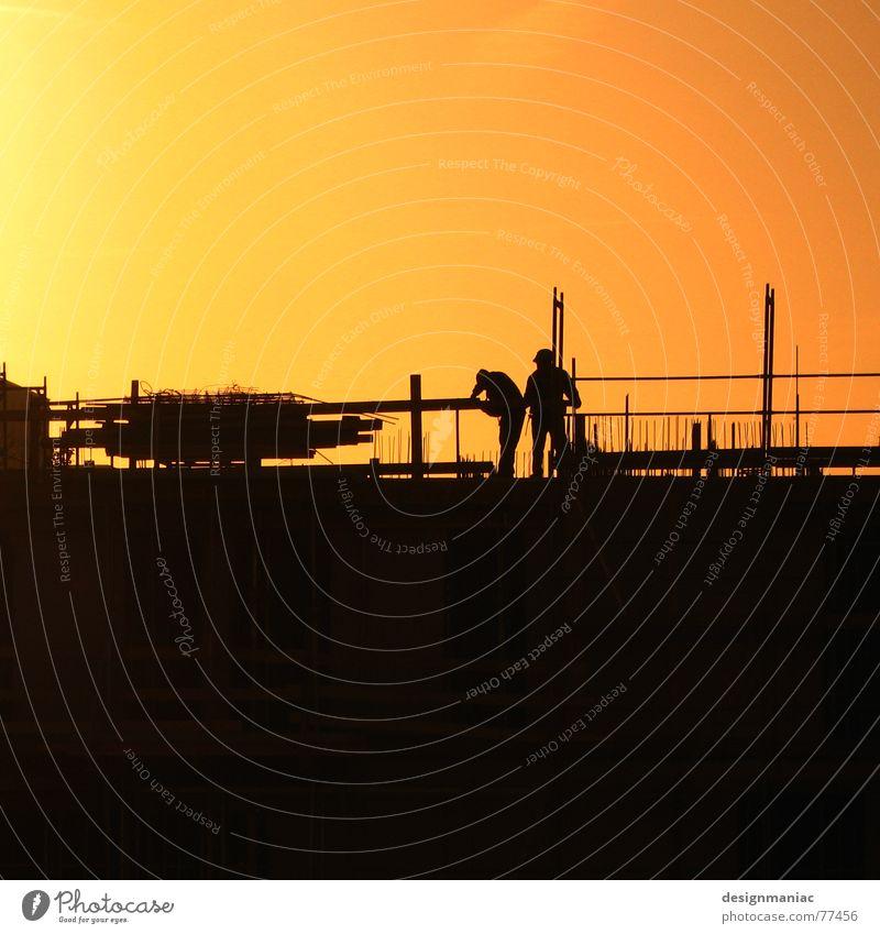 Men at work Baustelle Arbeit & Erwerbstätigkeit parallel Physik Frankfurt am Main 2 Arbeiter Bauarbeiter Schweiß Helm fummeln befestigen Stahlträger Säule Zaun