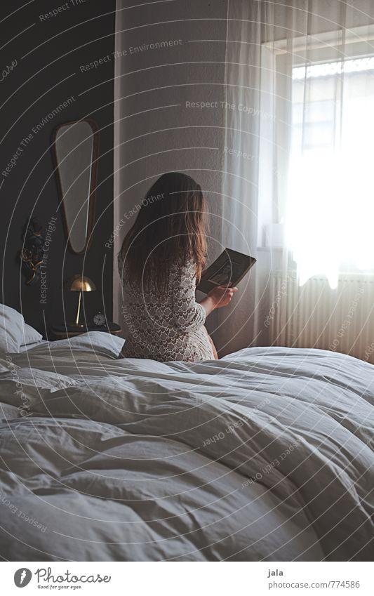 erinnerung Häusliches Leben Wohnung Innenarchitektur Möbel Bett Spiegel Schlafzimmer Mensch maskulin Frau Erwachsene 1 30-45 Jahre Fenster Kleid brünett